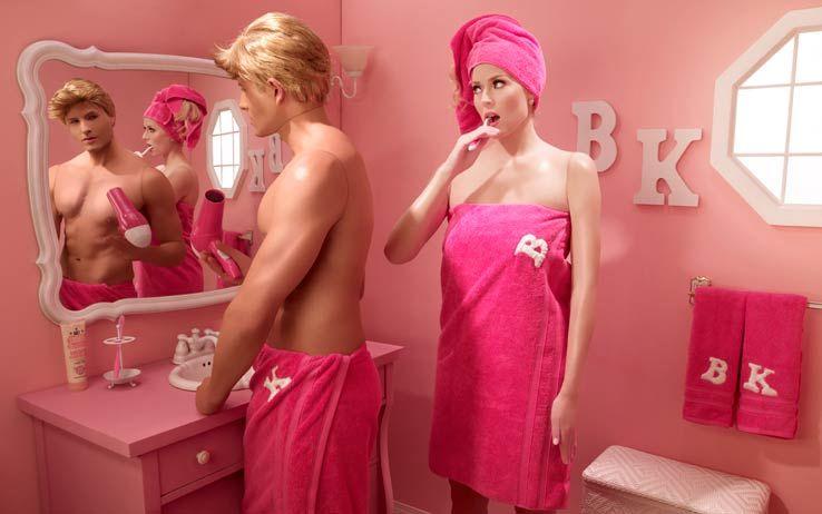 Bagno Barbie ~ Barbie e ken in bagno mentre ken si specchia vanitoso credits