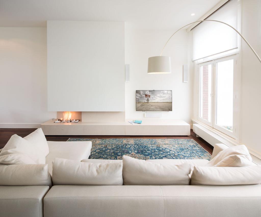 Mooie ruimtelijke indeling haard tv bank raam. door