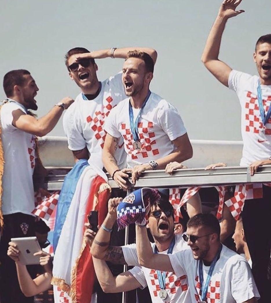 Kakav Doceek Zagreb Je Goriooo Docekali Smo Nase Vatrene Onako Kako Oni To Zasluzuju Nas Ponos Hrvatskanogometnarep Soccer Players Soccer Fans Ivan Rakitic