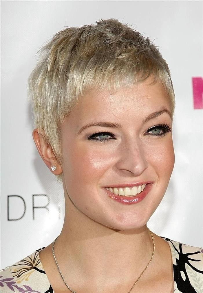 26 Best Short Haircuts For Long Face Popular Haircuts Super Short Hair Very Short Haircuts Long Face Haircuts