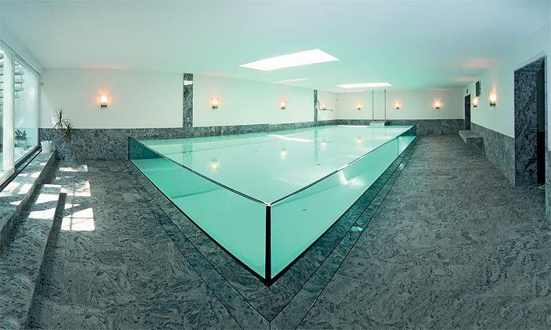 Wasser, Glas und Naturstein dominieren die Schwimmhalle - kosten pool im garten