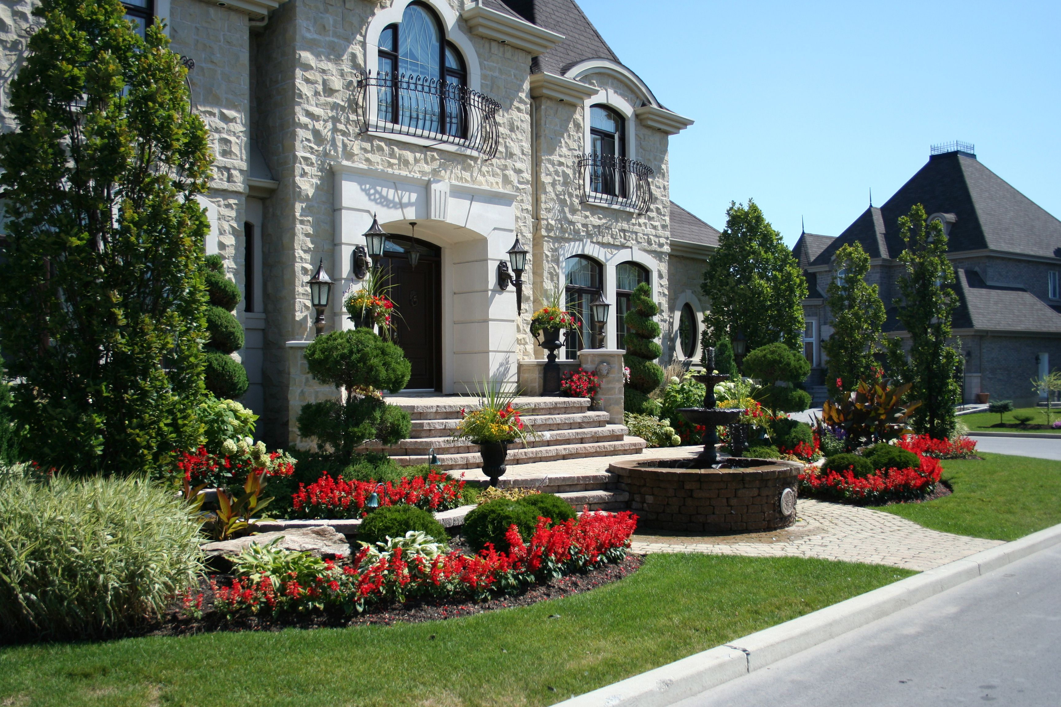am nagement d 39 une fa ade de maison plantation de vivaces et d 39 arbustes ornementaux fontaine. Black Bedroom Furniture Sets. Home Design Ideas