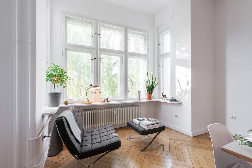 Helle Wohnzimmerecke mit Ledersessel und Fensterfront
