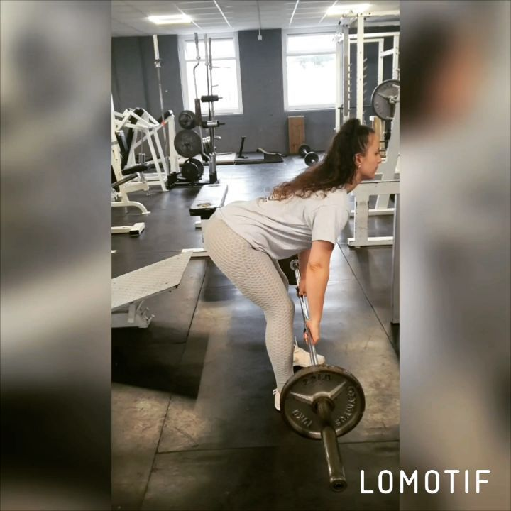 DEADLIFT!! Because a strong back will support everything else you do 💪 #warmupset #deadlift #sundayt...
