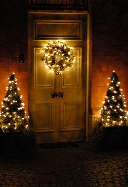Oto inny przykład świątecznej aranżacji wejścia do domu przy użyciu świetlnych girland. Fot. Shutterstock.