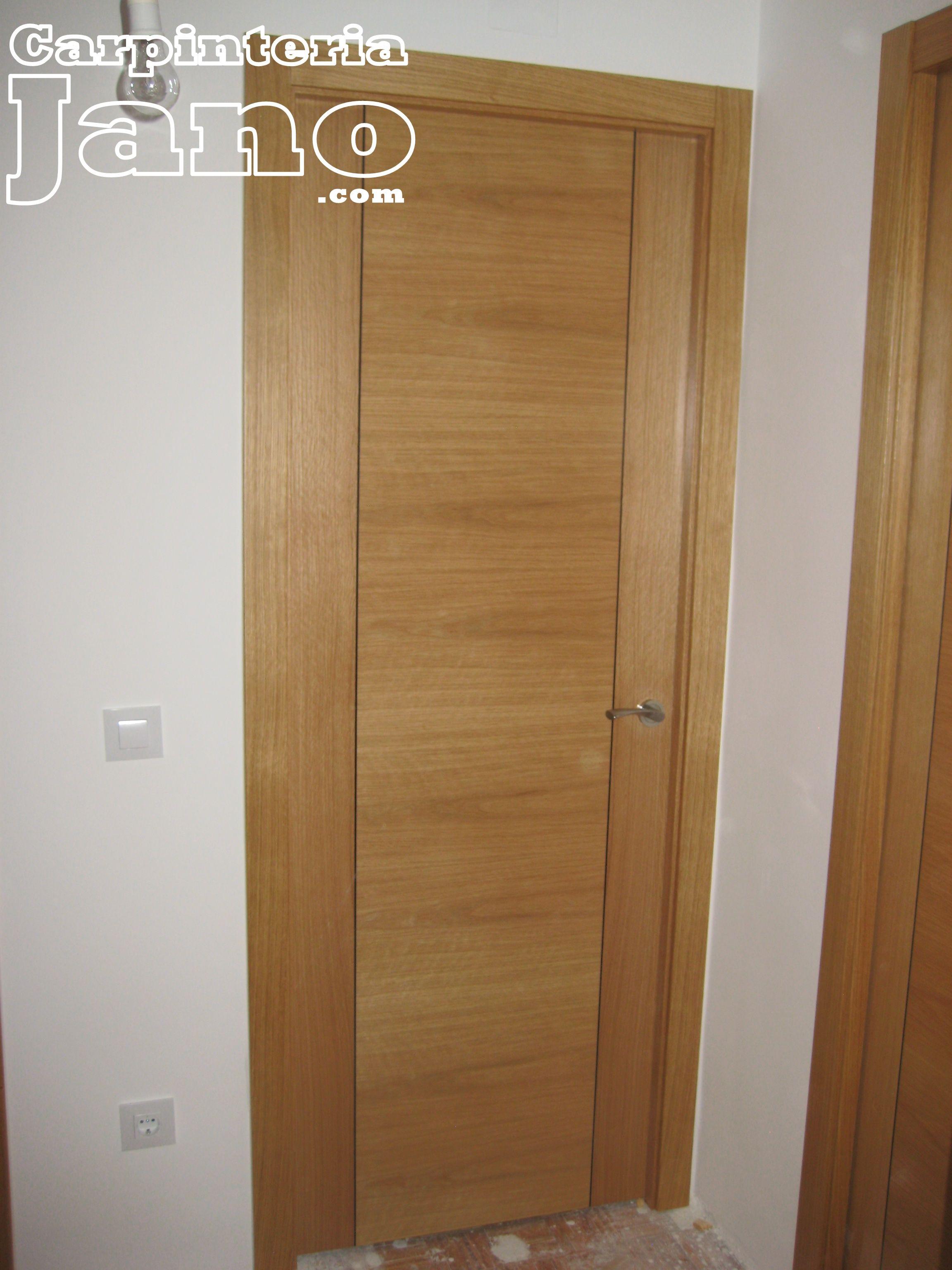 Puerta de roble barnizada con grecas negras porta roure for Puertas de roble