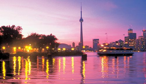 Toronto's Top 10 : Toronto Islands - Boardwalk    The 1.5-mile (2.5-km) boardwalk runs from Ward's Island to Centre Island and is great for a lakeside stroll.