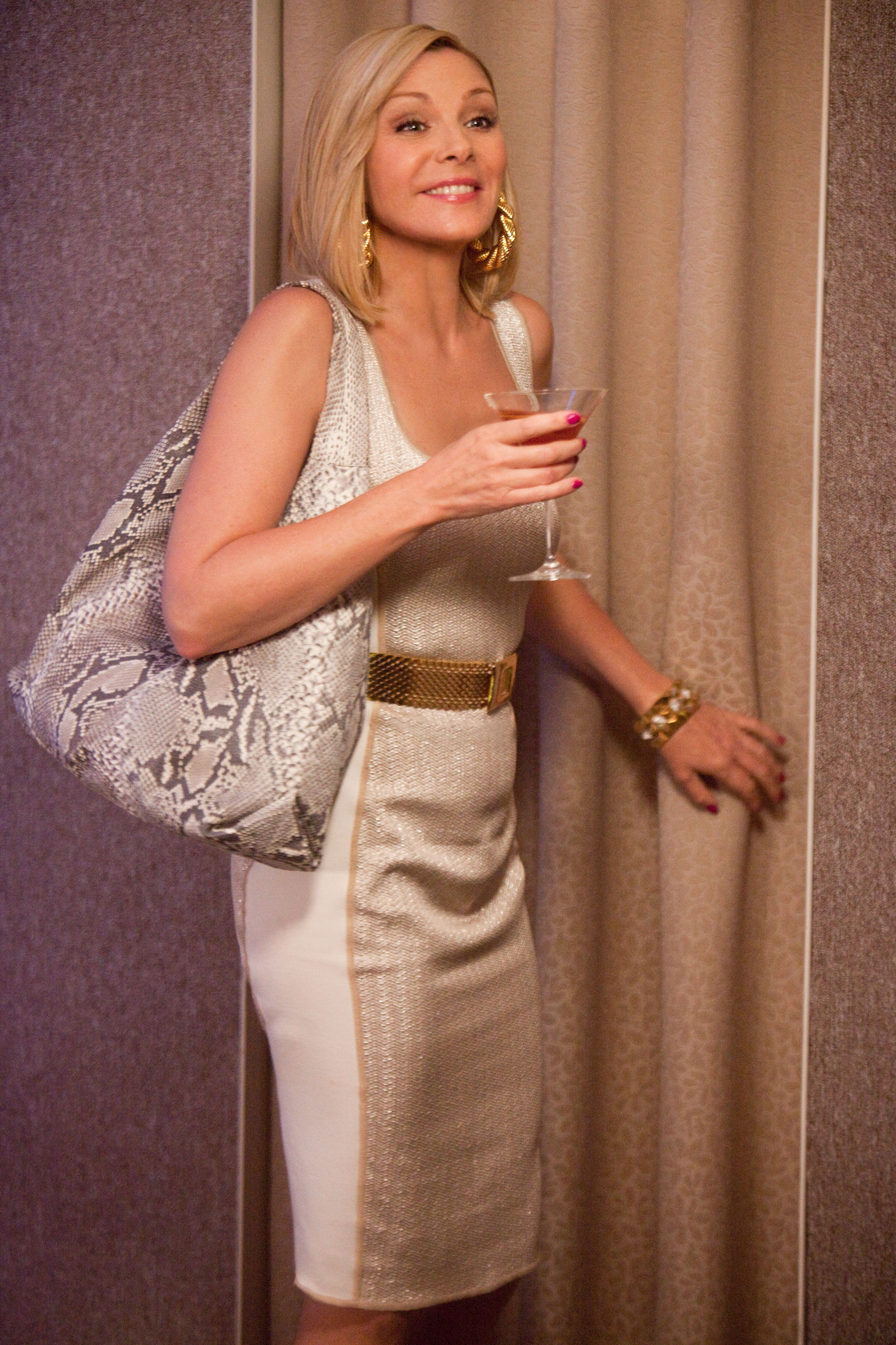 Samantha in a Graeme Black little gold dress, Adriana Castro python bag, and Bill Blass gold belt. I love this outfit. Suits her great! Photos courtesy of Warner Bros.