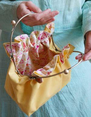 Bolsa retrô com forro florido