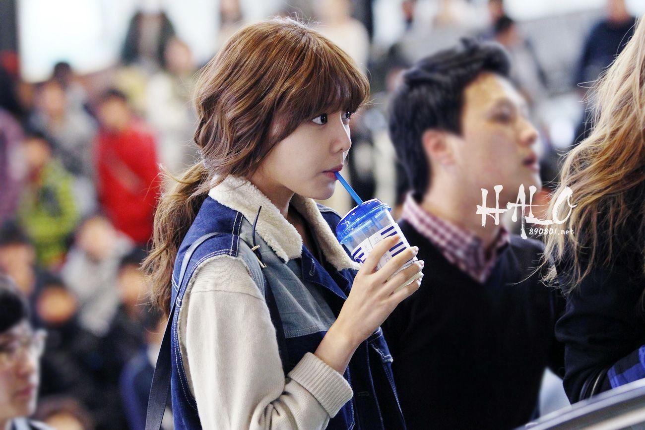 http://okpopgirls.rebzombie.com/wp-content/uploads/2013/03/SNSD-Sooyoung-airport-fashion-March-25-3-1.jpg