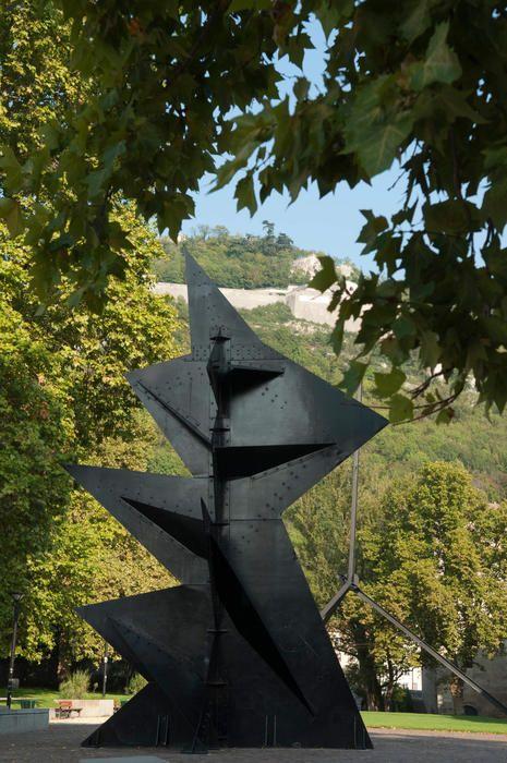 Alexander Calder (Né à Lawaton (Etats-Unis) en 1898, mort à New York (Etats-Unis) en 1976) Monsieur Loyal 1968  Tôles d'acier laquées noir 9 m x 6 m x 6 m