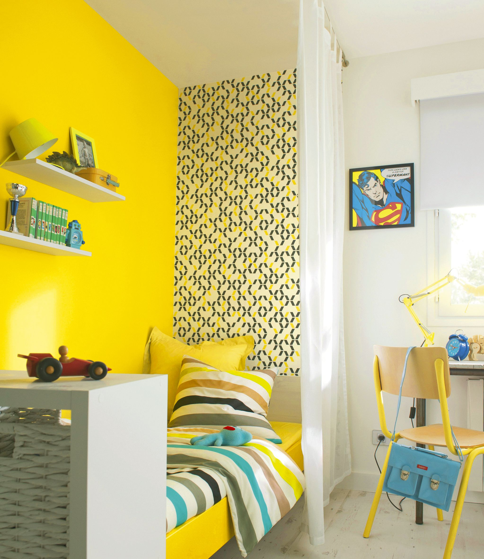 un aplat de couleur jaune vif s 39 associe un papier peint. Black Bedroom Furniture Sets. Home Design Ideas