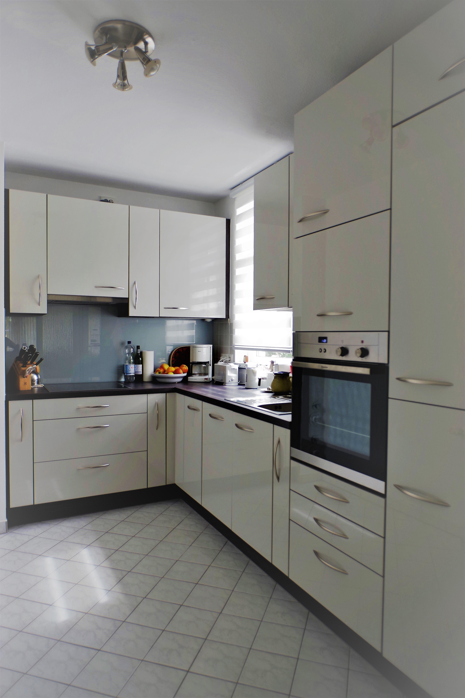 küche #hochglanz #grau #braun #platzwunder #glasrückwand ...