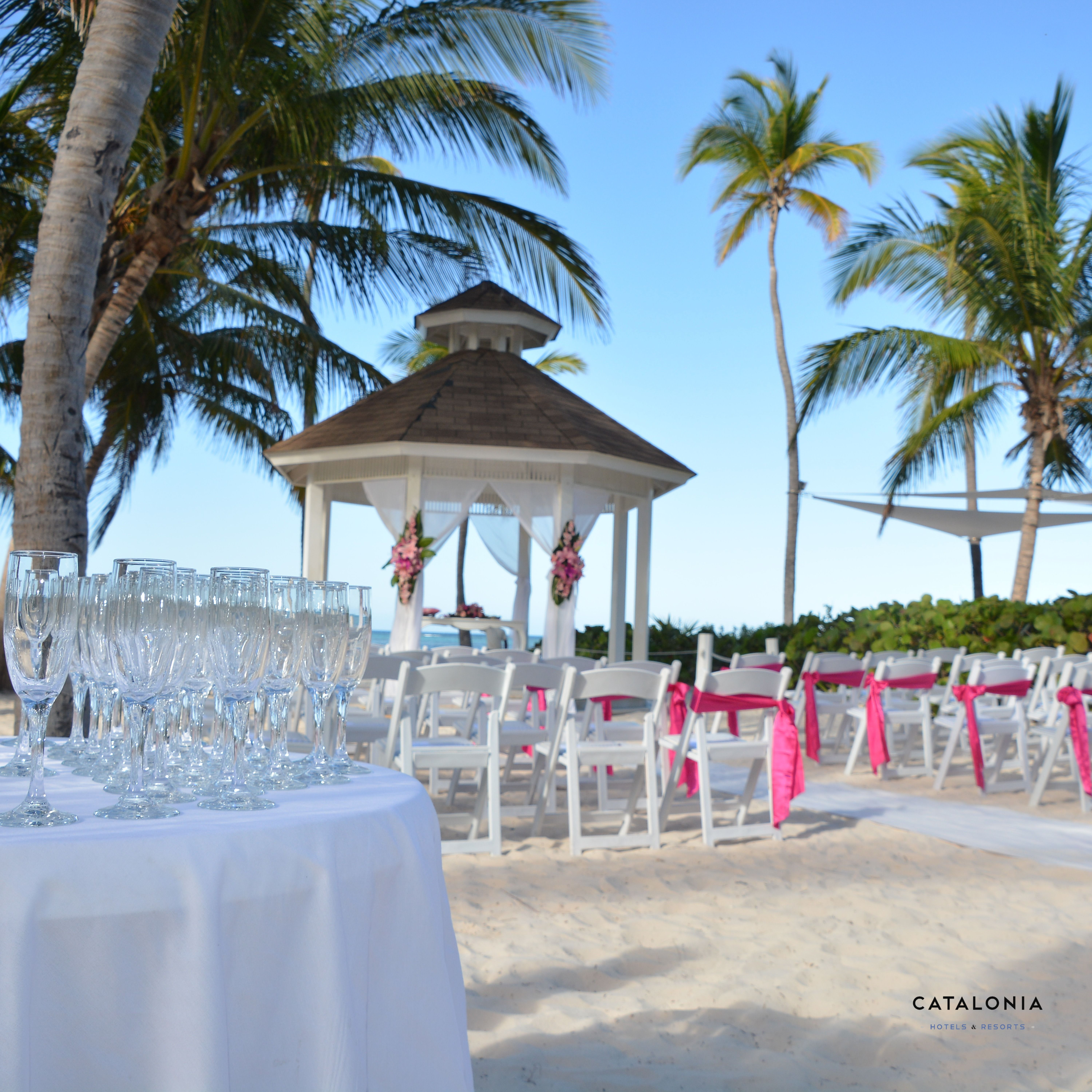 Un brindis por el amor! ~A toast for love!  #Boda #Caribe #Resort #Catalonia #Matrimonio #Amor #Wedding #OneLove #BrideToBe #Cheers #Gazebo #Flower #Couple