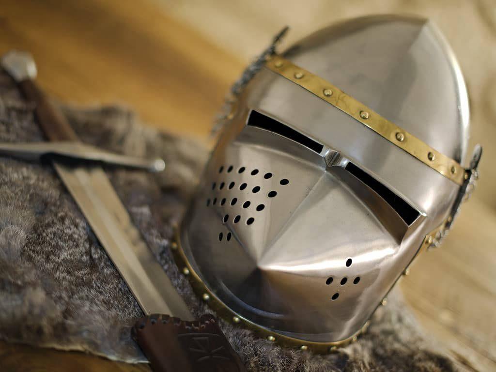 Casque m/édi/éval Crusader Templier Great Heaum Armour r/éplique europ/éenne sur support en bois