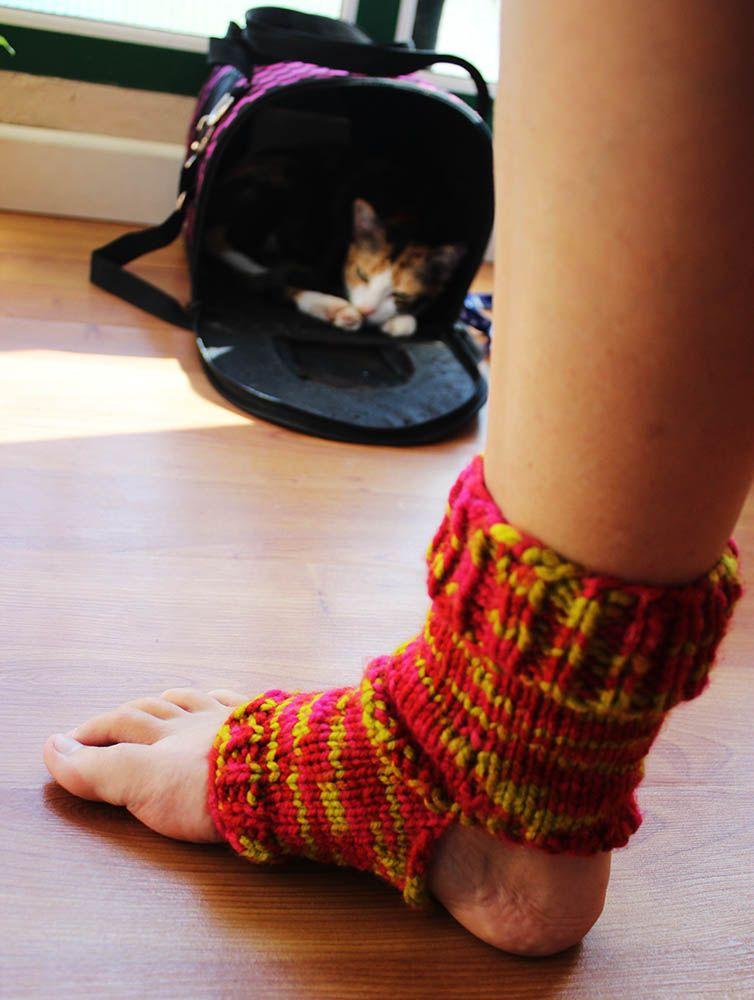 Yoga socks free knitting pattern Patrón para calcetines de yoga de ...