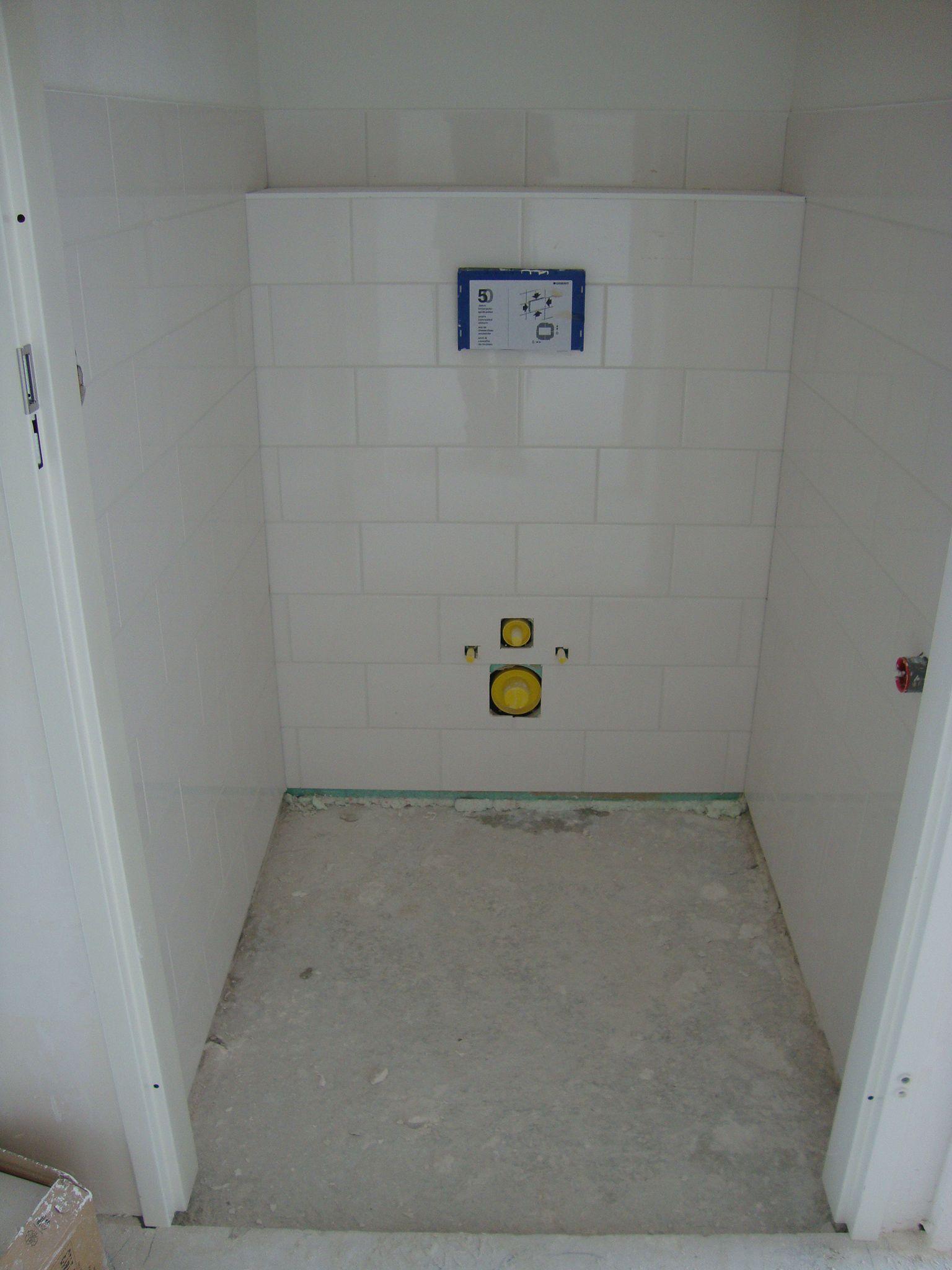 Wc betegeld waarbij de wandtegels liggend en halfsteens zijn verwerkt tot ca. 130 hoog (1 laag boven de wandcloset)