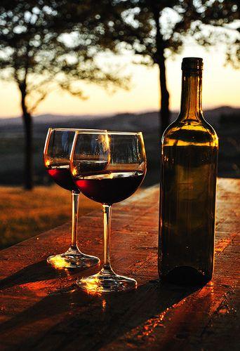 Zwei Gläser Wein bei Sonnenuntergang. Schöner Feierabend :)