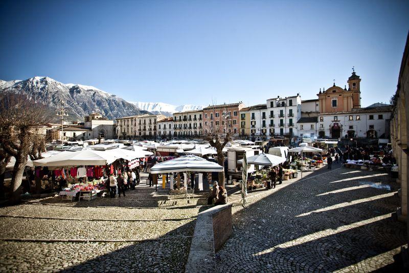 Venditti Porchetta vi aspetta a Sulmona, Aquila, Abruzzo ogni mercoledì al mercato settimanale!  #vendittiporchetta #campioniditalia #streetfood #truckfood