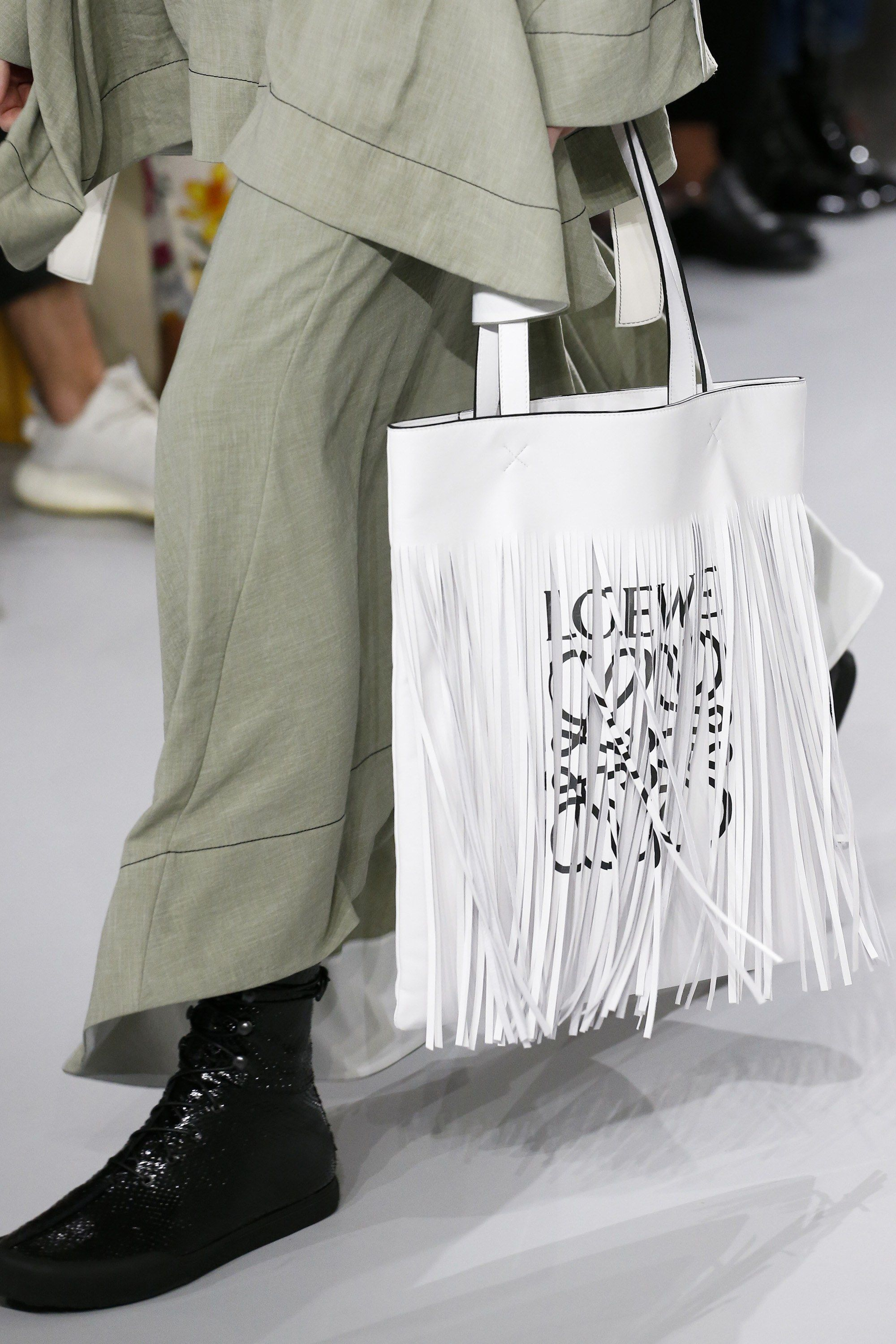 ae225dcbc9c Loewe Spring 2018 Ready-to-Wear Fashion Show | |TOTE-ALLY| | Bags ...