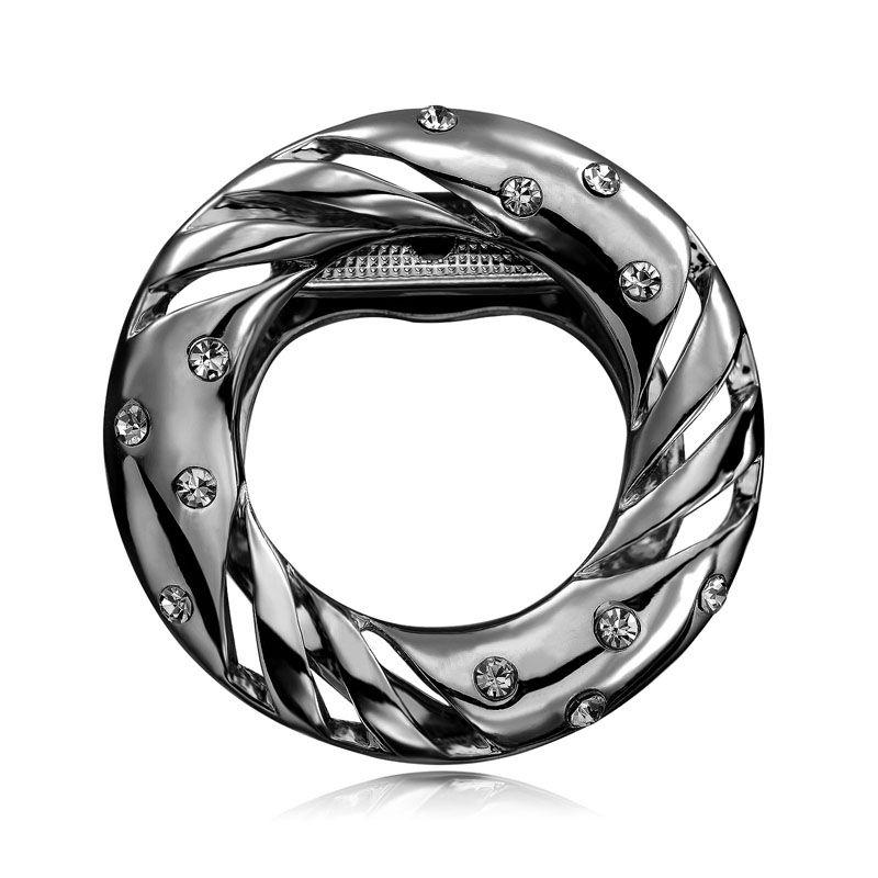 Brošňa na šatky v tvare kruhu je v tmavej farbe. Vytvára motív luxusného kruhu posiateho žiarivými kamienkami. Brošňa je malé šperkárske majstrovské dielo, ktoré vďaka symbolike v sebe ukrytej dodáva svojej nositeľke pocit elegancie. Skúste byť originálna a ozdobne si svoju hodvábnu šatku alebo hodvábny šál. Brošňa je ideálny doplnok pre ozdobenie vášho outfitu. Brošňu môžete použiť aj na svoje oblečenie.