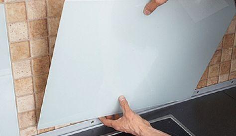Dann die Glasplatte hineinstellen und das graue Kunststoffprofil von