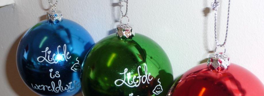Bedrukte kerstballen met koordje. Promoboer is gespecialiseerd in het bedrukken van goedkope kerstballen met opdruk.