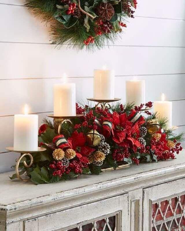 12. Invista em arranjo com flores e velas para a sua decoração natalina – Foto: Horchow #decoraçãonatalina #decoraçãonatalinareciclável #decoraçãonatalinasala