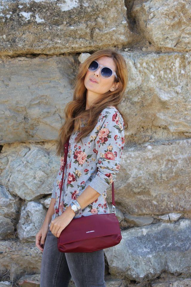 Casual Look. Look con jeans y sudadera de flores. A trendy life. #casual #jeans #greyjeans #floweredpullover #greylook #details #c&a #multiopticassunglasses #lacambra #lacambrabag #sarenza #outfit #fashionblogger #atrendylife www.atrendylifestyle.com