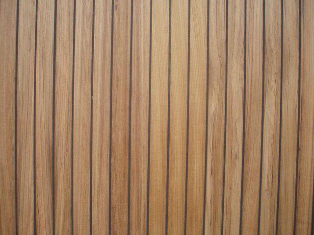 Voor het bleken van hout heeft men twee basischemicaliën nodig: waterstofperoxide (30% - 35%) en ammoniak (30% - 35%).. Deze chemicaliën (bewaard in glazen flessen) moeten aangebracht worden met een kunststof kwast zonder metalen huls of andere ijzerhoudende bestanddelen. Na de behandeling moeten de chemicaliën zo goed mogelijk uitgespoeld worden met schoon water. Werkwijze Bijna alle houtsoorten kunnen met waterstofperoxide oppervlakki
