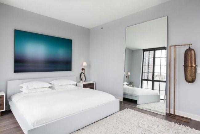 Schlafzimmer Spiegel ~ Elegantes schlafzimmer weißes bett grauweiße wandfarbe großer