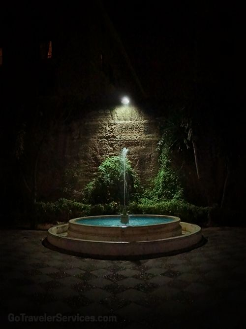 Enchanting fountain of Plaza del Cabildo in Seville, Spain /// Mágico ambiente en la Plaza del Cabildo en Sevilla, España