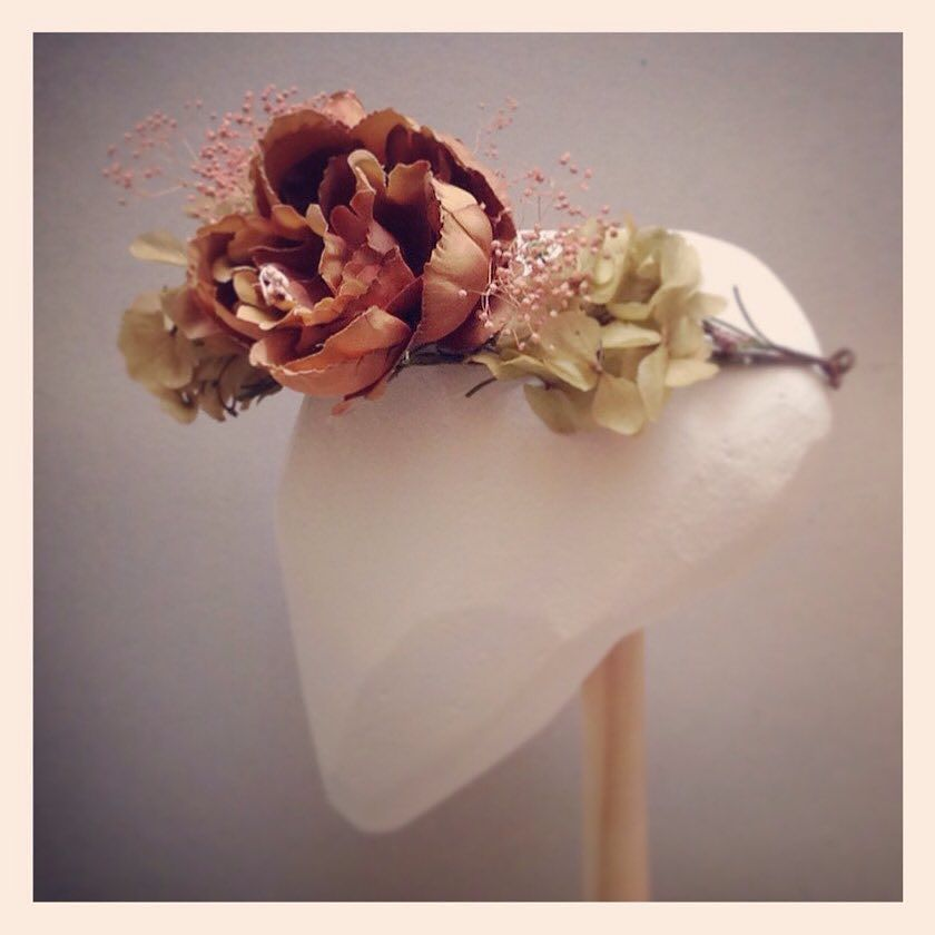 Coronas florales by tita.mar.tita http://ift.tt/1lyuUxV #coronasdeflores #invitadaperfecta #tocadospersonalizados #tocadosdecomunion #complementoscomunion by tita.mar.tita