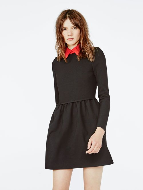 Robe noir colle rouge