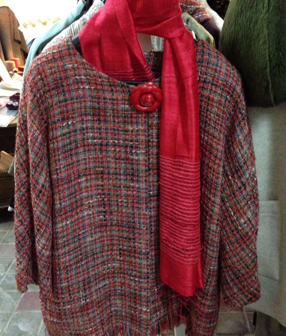 Chaquetón tweed en tonos rojos, sin cuello y largo 3/4