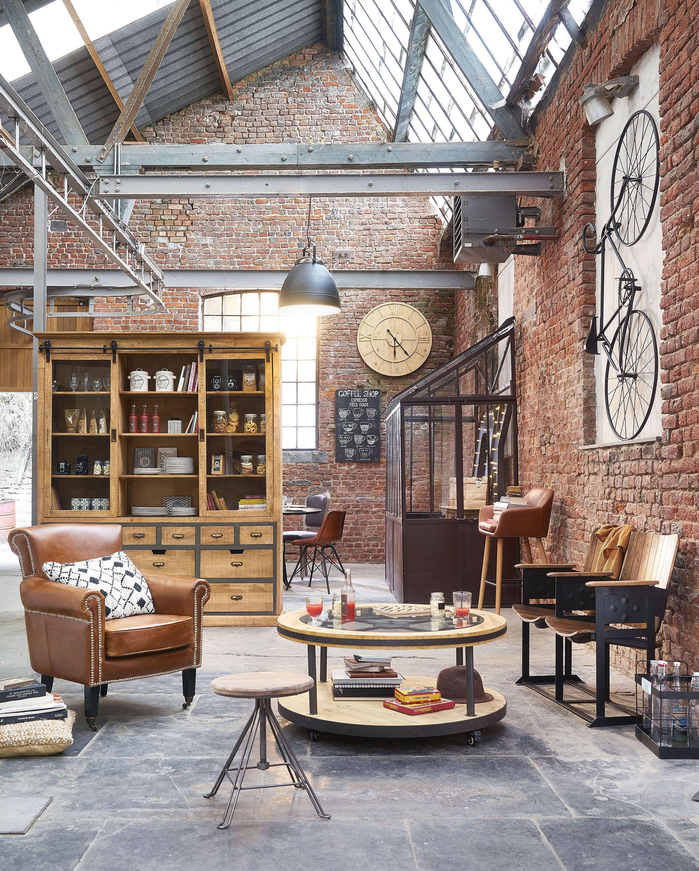 Salon loft dans une vieille ancienne usine mur de briquettes rouge