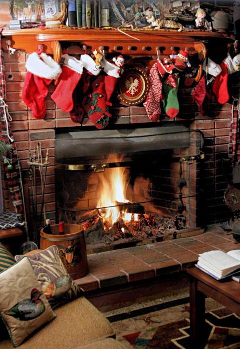 Los calcetines esperan a Papa Noel junto a la chimenea #decoración