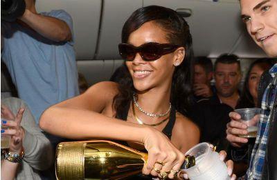 Rihanna pega um avião com fãs e o resultado é esse…