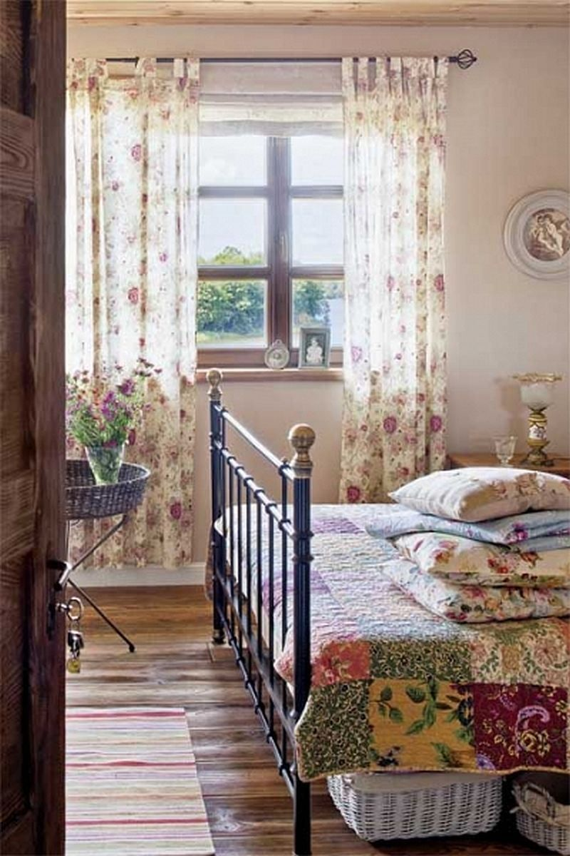 I just love an old quilt. :: bedroom | Country cottage ...