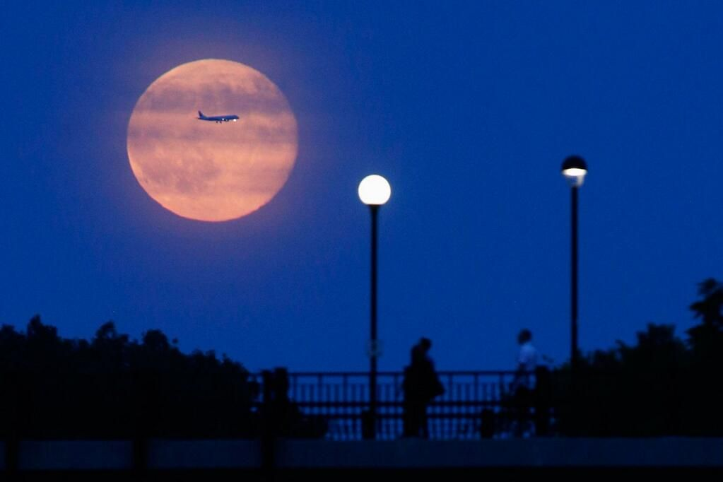 Take a look at photos of this weekend's stunning Supermoon (Blaire Gable—@reuterspictures) http://ti.me/1ycCrUJ  pic.twitter.com/hKus7ou4UU