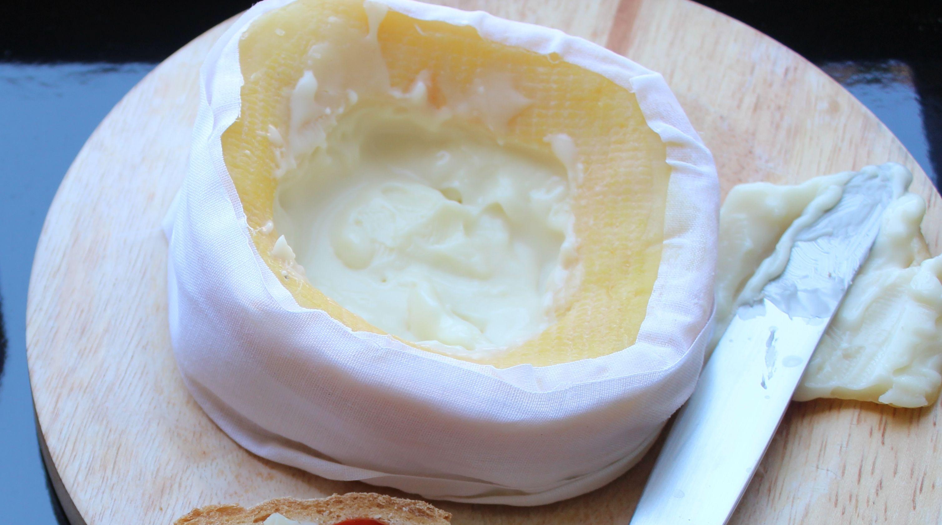 De todos os festejos sobrou-lhe uma casca de queijo da Serra?  Se sim, veja no site como a pode usar de uma forma em que quase passa a desejar mais a casca que o interior :)
