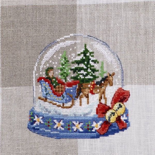 There are always fairy tales at the very heart of the snow globes, covered by fluffy snow. This one tells us a story about magic that happens on a Christmas Eve