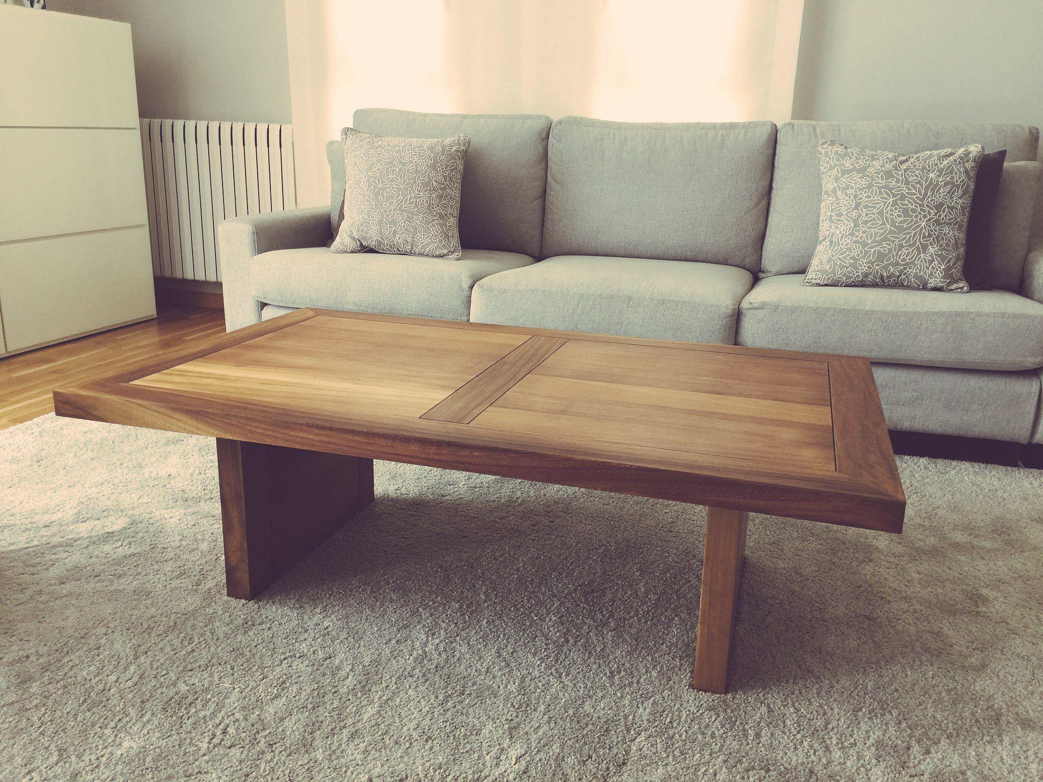 Mesa de centro en madera de iroko barnizada al natural