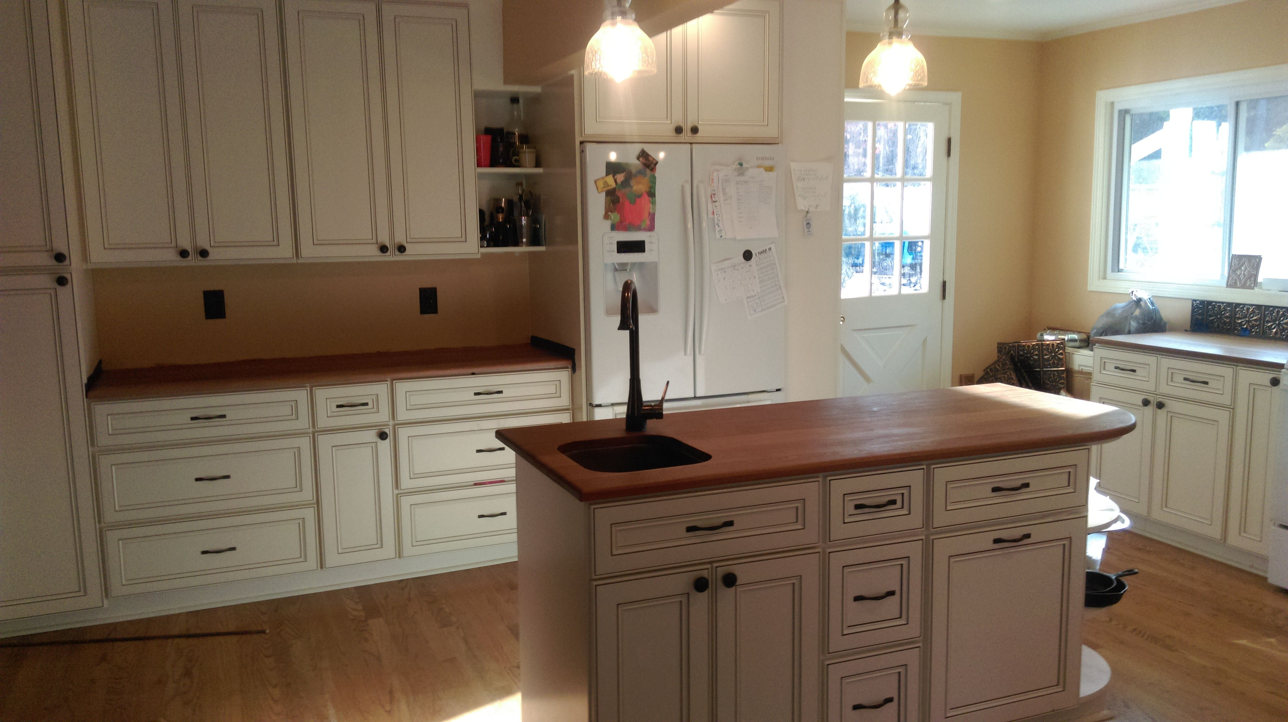 Our York Antique White Cabinets Are An Extremely High End Line That Is Very Popular White Diy Kitchens Antique White Kitchen Cabinets Antique White Kitchen