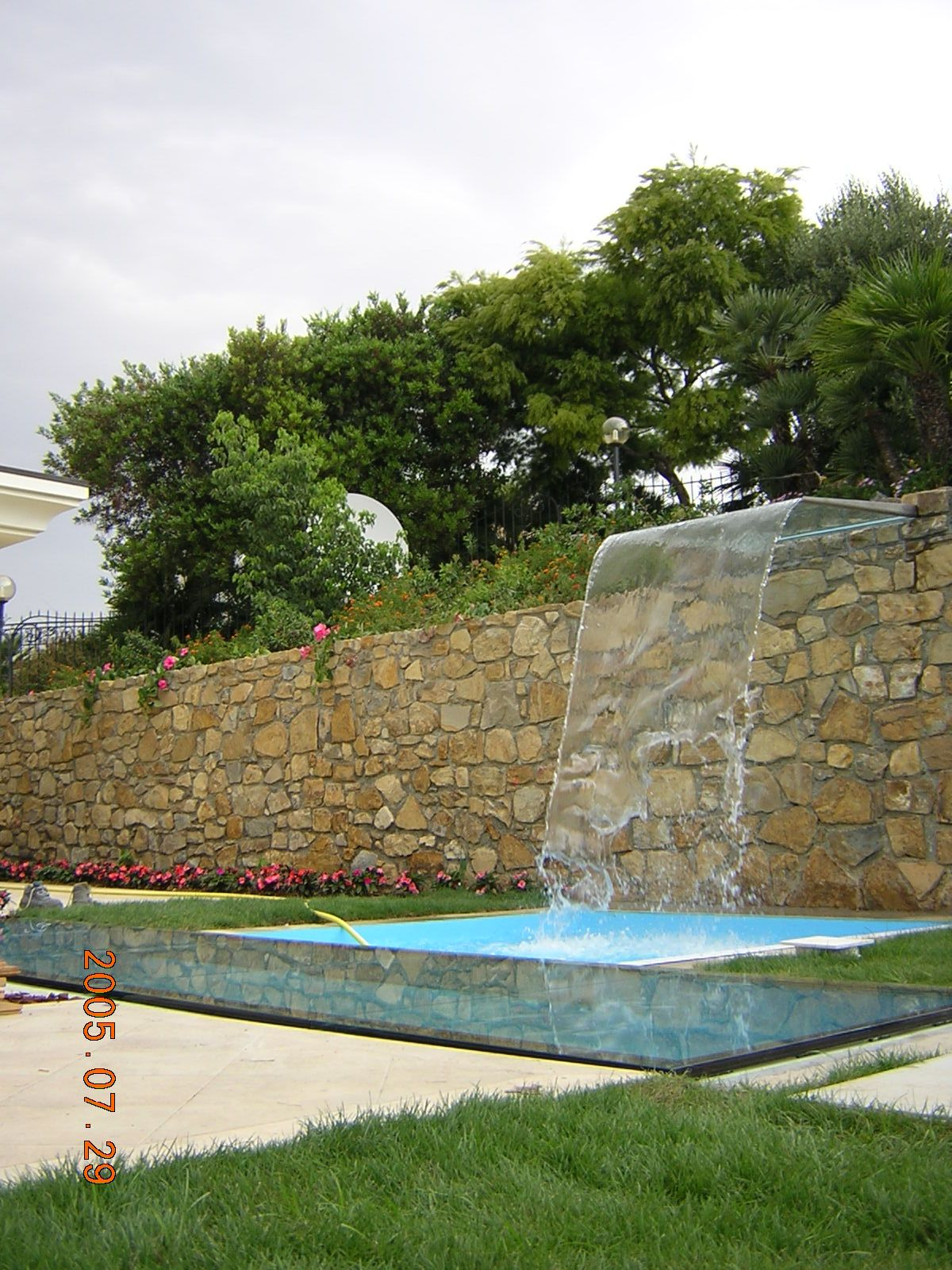 Cascata e pavimento piscina in vetro Bordighiera (Có hình ảnh)