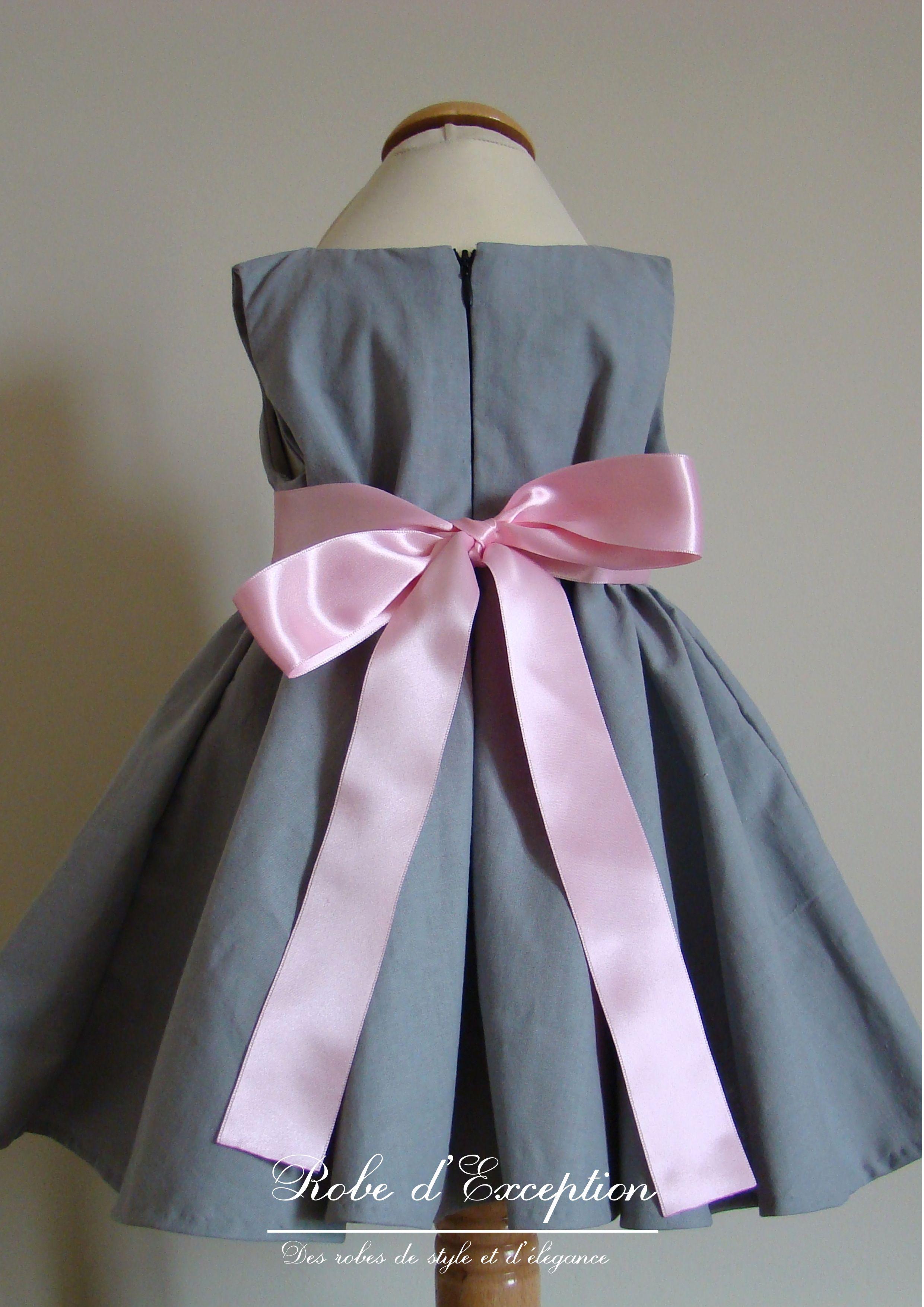 91a55fce610ef Robe de cortège grise à ruban rose.
