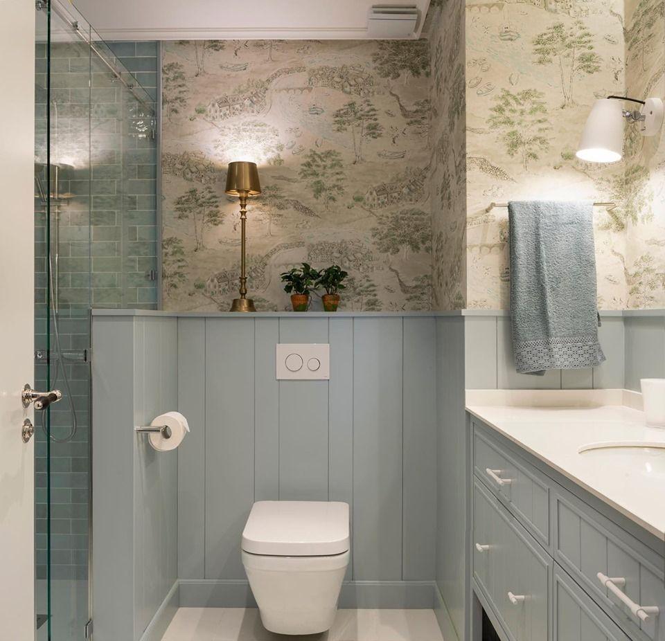 Diseño interior de cuarto de baño en azul, con papel ...