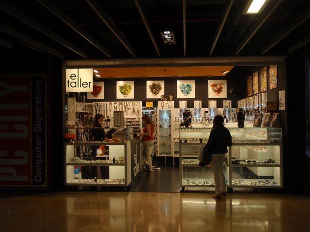 Esta tienda, ubicada en el centro comercial Illa Diagonal, forma parte de una colaboración de varios años con los propietarios de la franquicia Complementos El Taller, que cuenta con diferentes establecimientos repartidos por toda España, principalmente Catalunya, Madrid y Andalucía.