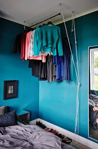 eine kleiderstange unter der decke l sst sich problemlos mit r cka gardinenstange in schwarz. Black Bedroom Furniture Sets. Home Design Ideas
