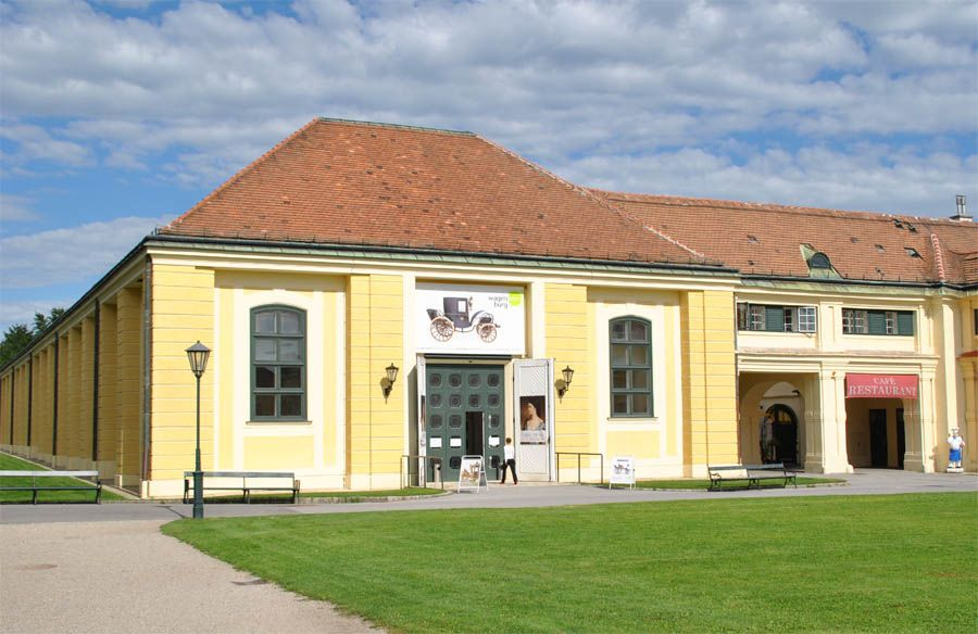 Wagenburg - hospodárske objekty, v ktorých sa nachádza kolekcia nádherných historických kočov, saní a postrojov./Carriage museum/